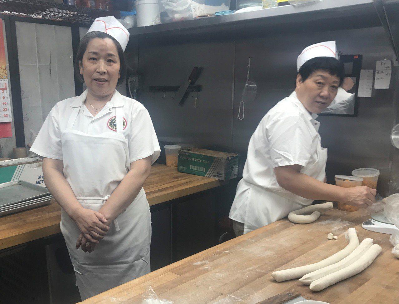 有30多年糕點經驗的蔣靜芬(左),在豫園擔任糕點師傅。(記者牟蘭/攝影)