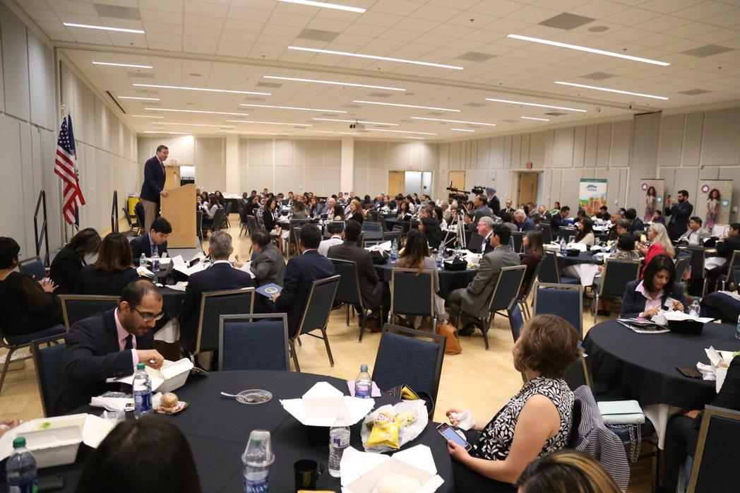 創立VAAB的前維州州長華納作為特邀嘉賓致詞,強調自己會在稅改、健保、移民、選舉...