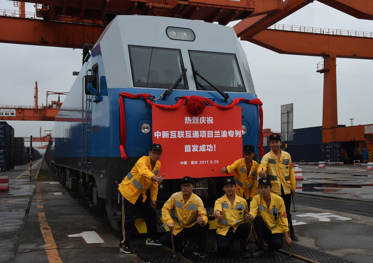 縱貫中國西南、西北的鐵路大動脈蘭渝鐵路全線開通。圖為鐵路檢修工人與即將首發的蘭渝...