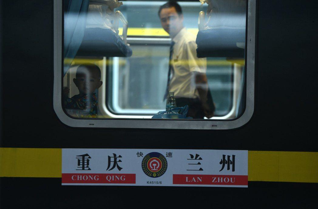 隨著K4515次列車緩緩駛離重慶火車站,歷經9年建設的蘭渝鐵路全線開通運營。中新...