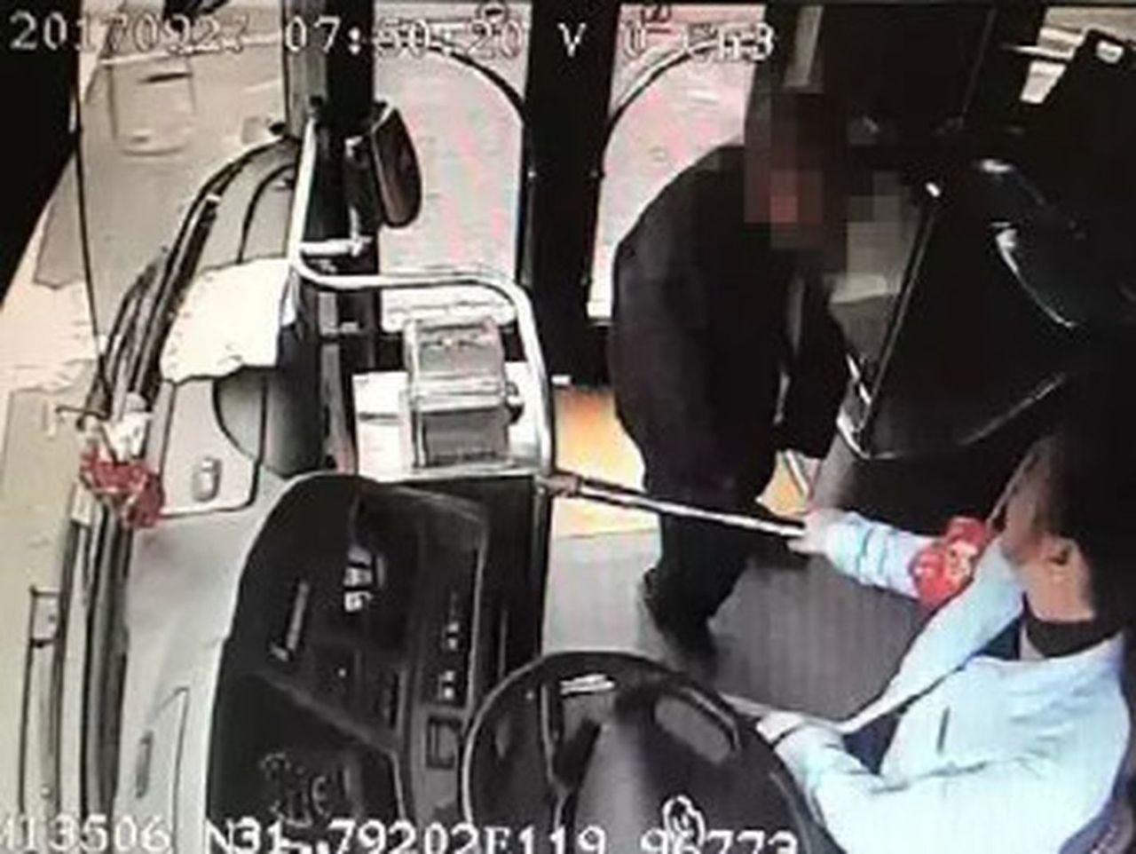 一位老人向駕駛員走去,並掏出了一盒紅色月餅。(視頻截圖)