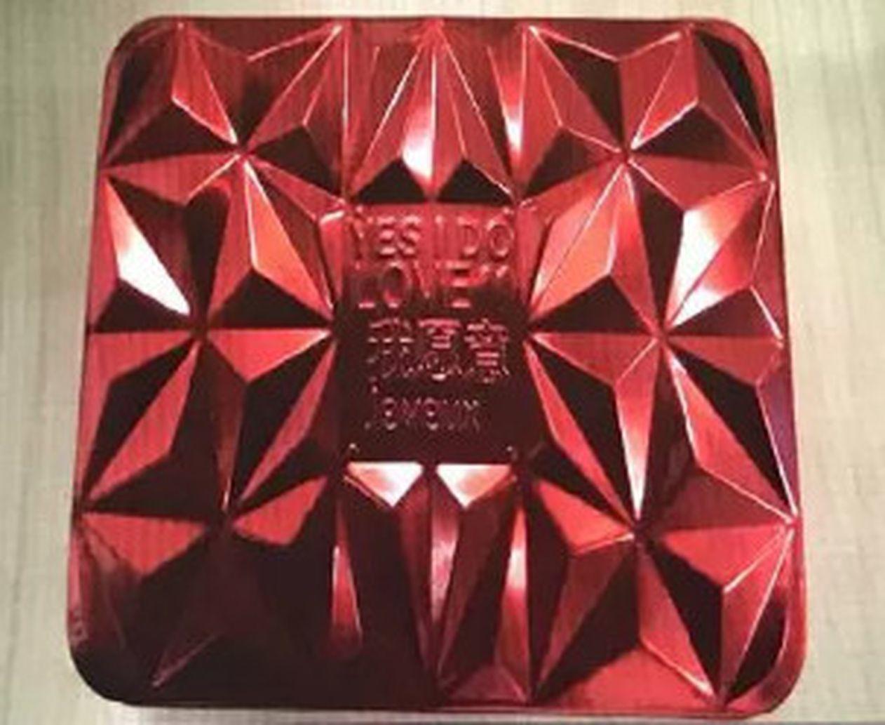 紅色月餅盒子。(視頻截圖)
