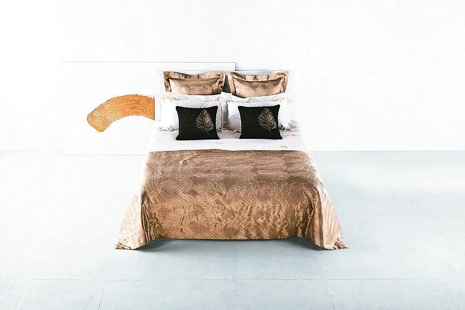 奢華黃金年代緞織緹花薄被,售價15.8萬元。 FRETTE/提供