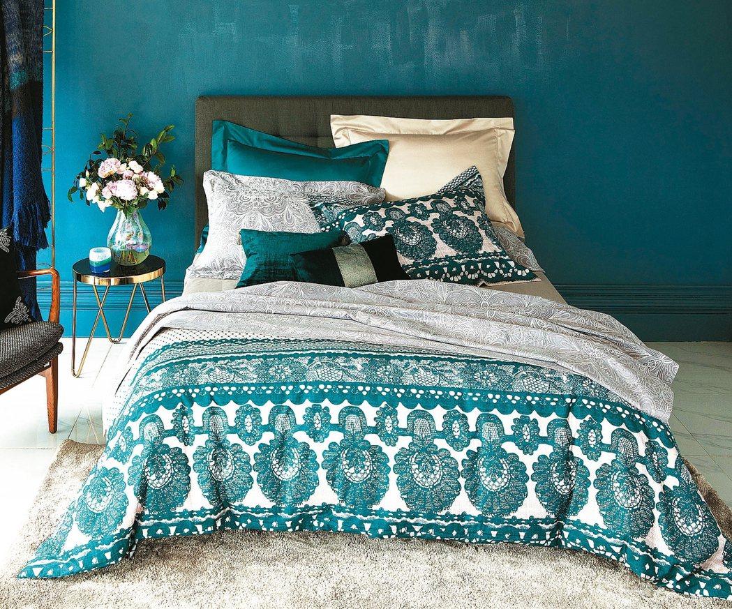 伊萊莎色織緹花床被組雙人,原價7860元,特價5680元。 HOLA/提供