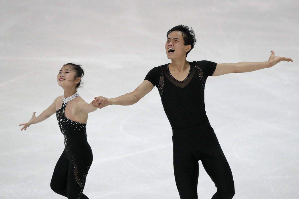 花式滑冰選手廉太鈺和金柱希今天成為首對取得明年南韓平昌冬季奧運參賽資格的北韓人。...