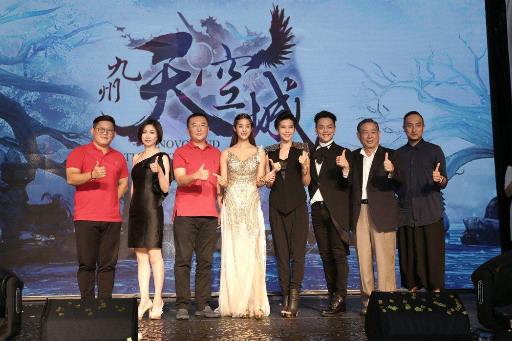 《九州天空城3D》歡慶即將上市,左起祖龍娛樂綜合業務副總裁吳盛鶴、始祖鳥CEO錢...