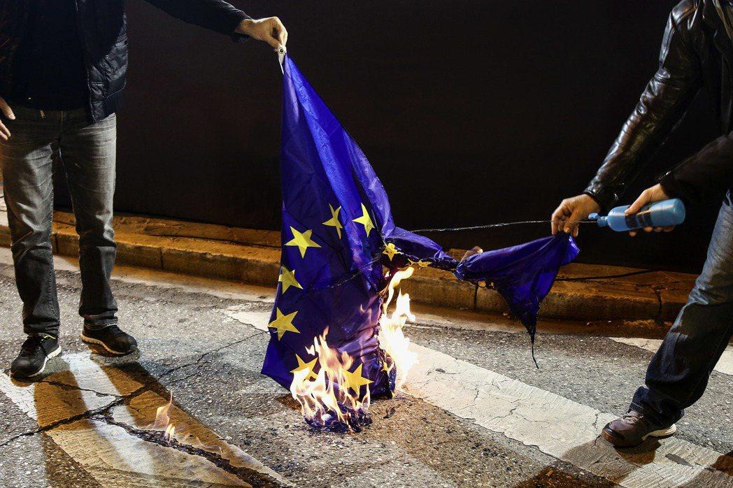 毋庸置疑,歐盟在歐債危機之後曝露了極大的弱點;作爲歐盟整合基石的歐元,不能再承受...
