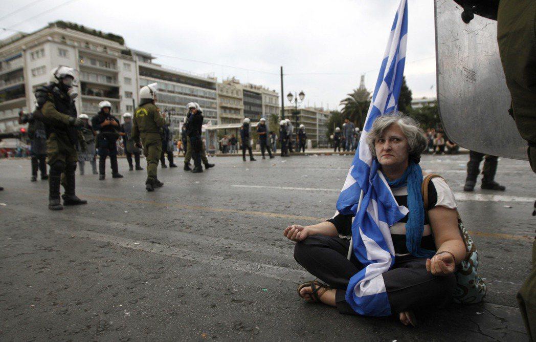 歐債危機的出現,正是因為長久以來歐盟無力限制歐元區國家的大幅舉債。 圖/美聯...