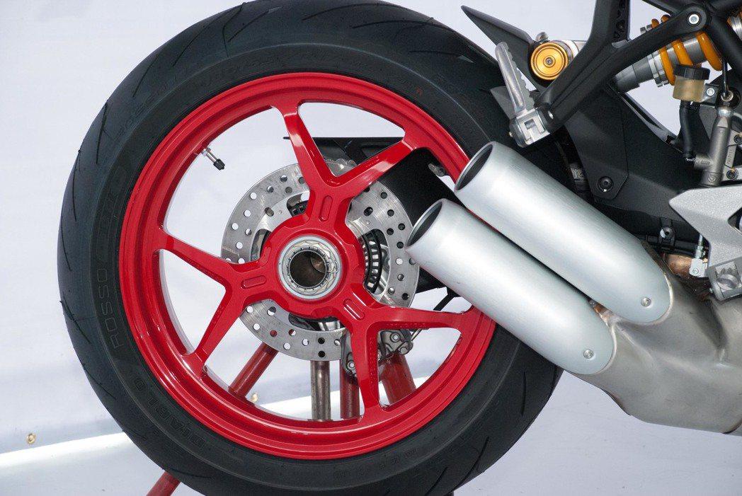 白車身的Ducati SuperSport S搭配紅輪框。記者林昱丞/攝影