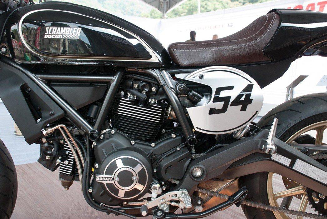 Ducati Scrambler Café Racer使用排氣量803c.c.的...