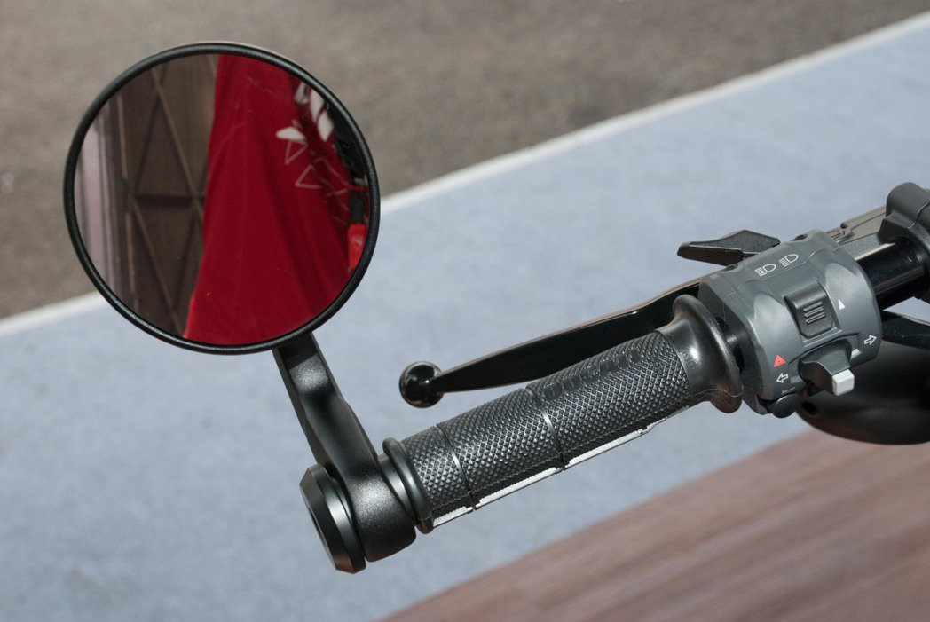 Ducati Scrambler Café Racer結合在把手上的照後鏡。記者林昱丞/攝影