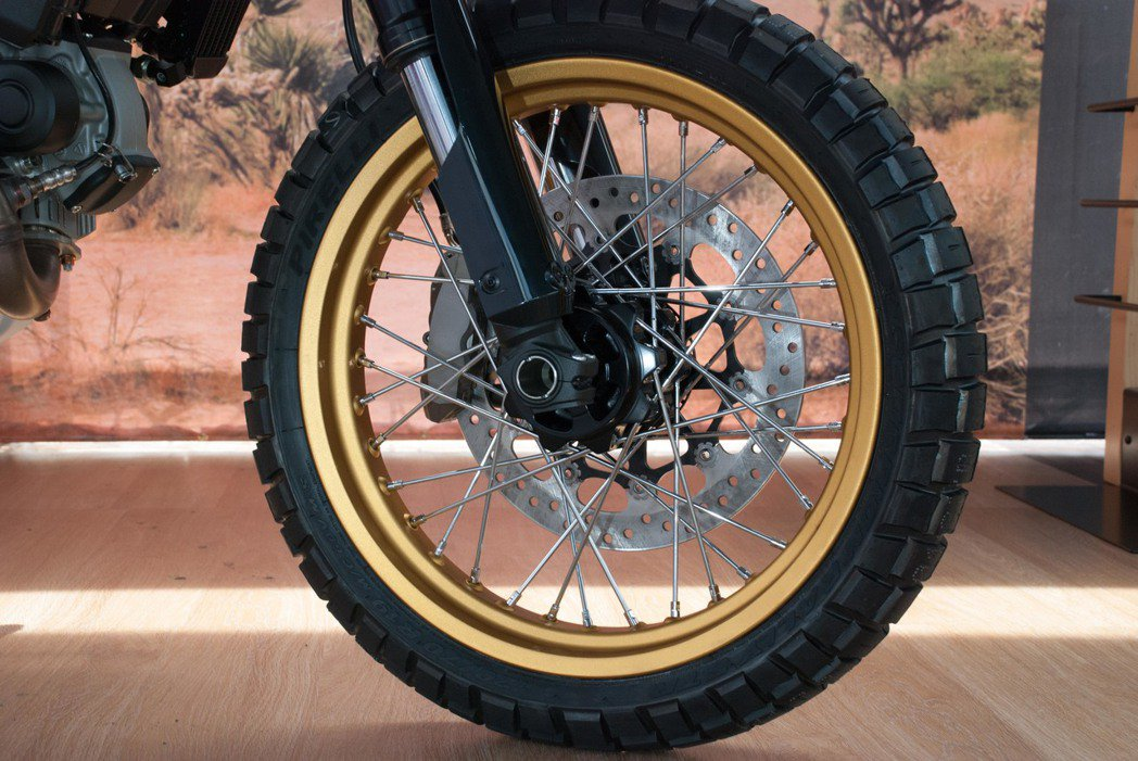Ducati Scrambler Desert Sled使用19吋鋼絲框。記者林...