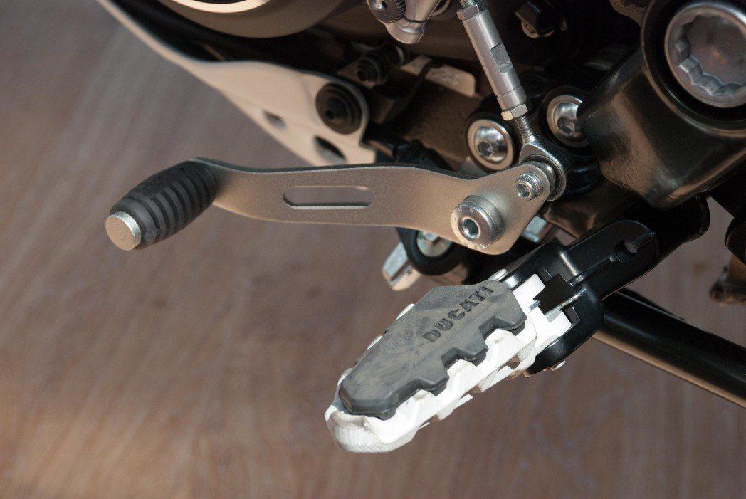 Ducati Scrambler Desert Sled可增加摩擦力的腳踏。記者林昱丞/攝影