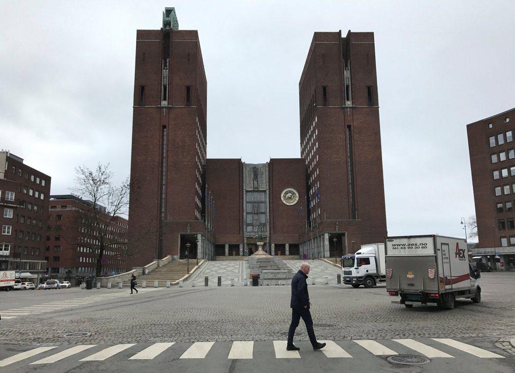 為搶救弱勢的新挪威文,挪威政府曾下達「公部門刊物須有四分之一是以新挪威文作書寫」...