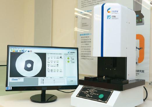 工研院研發的AOI精密自動光學量測系統,可立即記錄量測資料,傳至後端的資料庫,運...