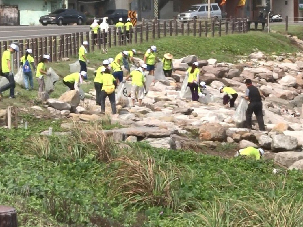 瑞芳區的榮興公園集結各里志工進行淨灘活動,最多的垃圾還是以寶特瓶等塑膠製品最多。...