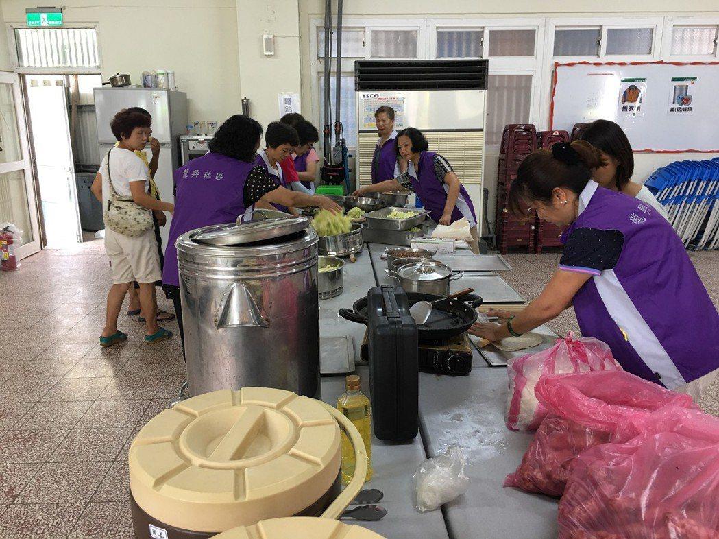 瑞芳龍興里志工們準備各自拿手料理,要讓里民們前來共餐,還有2手義賣活動,取代傳統...