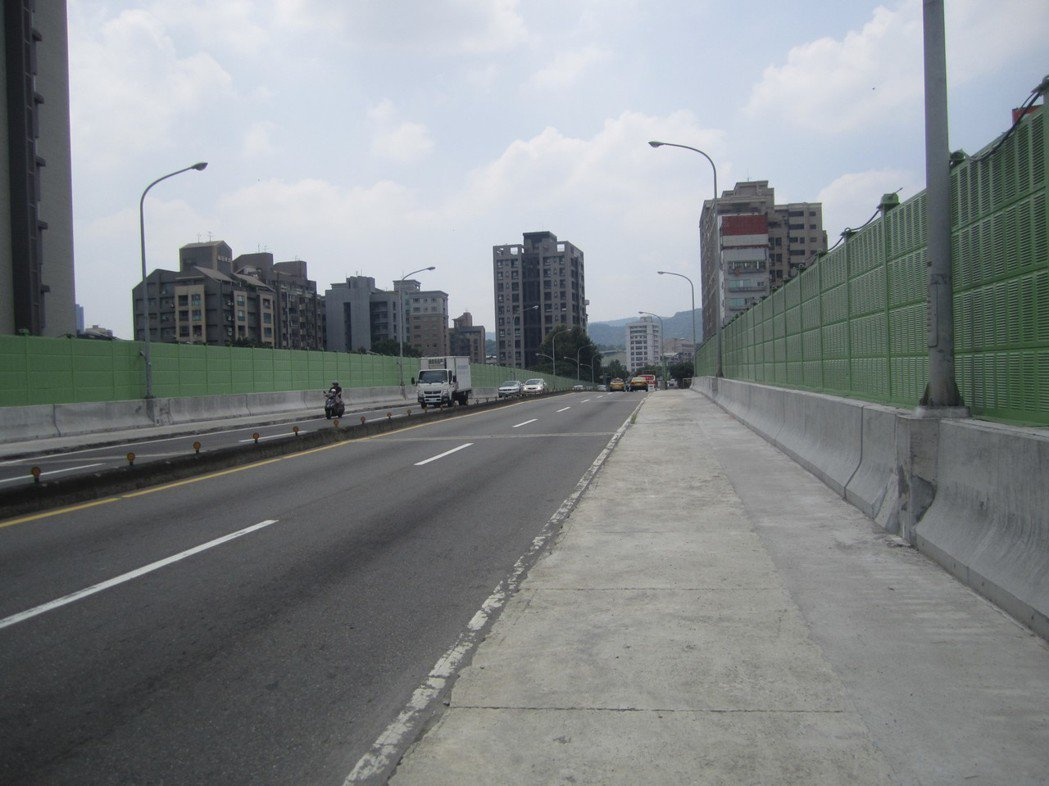 北市府預計下個月26日進行為期2年的成功橋拓寬工程,完工後,現有雙向4車道將增為...