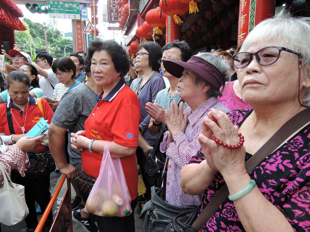 湄洲媽祖今天巡安踩街,信徒雙手合十膜拜。記者陳珮琦/攝影