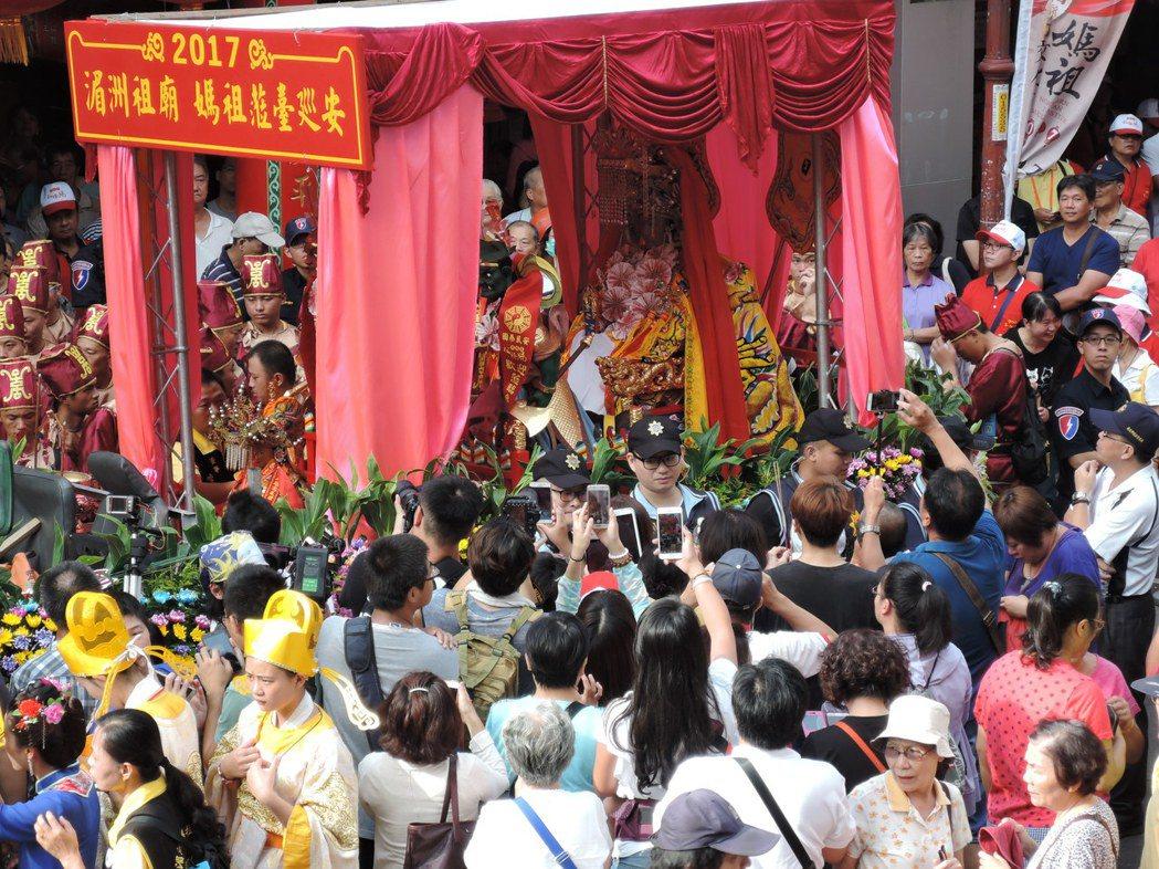 湄洲媽祖巡安起駕前,信徒爭相拿著手機拍照。記者陳珮琦 /攝影