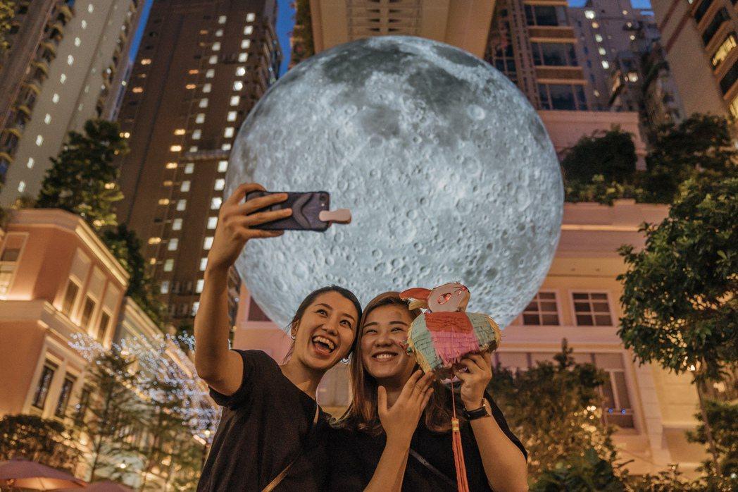 利東街巨型月亮已成打卡熱點。圖/港旅局提供