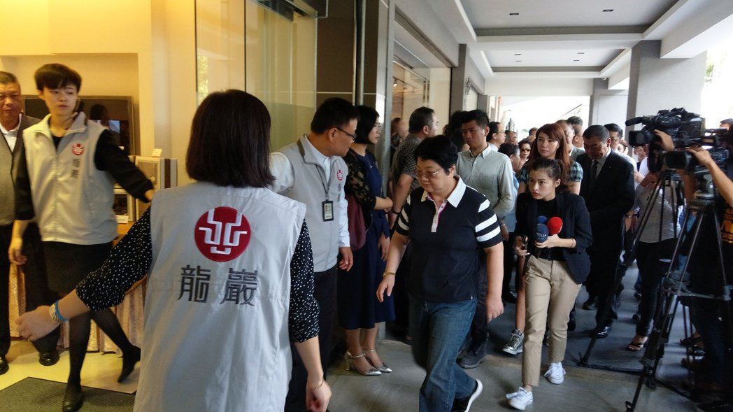 台北市議員李新墜樓身亡,家屬今上午10時起在民權東路龍巖會館設立靈堂供,上午議長...