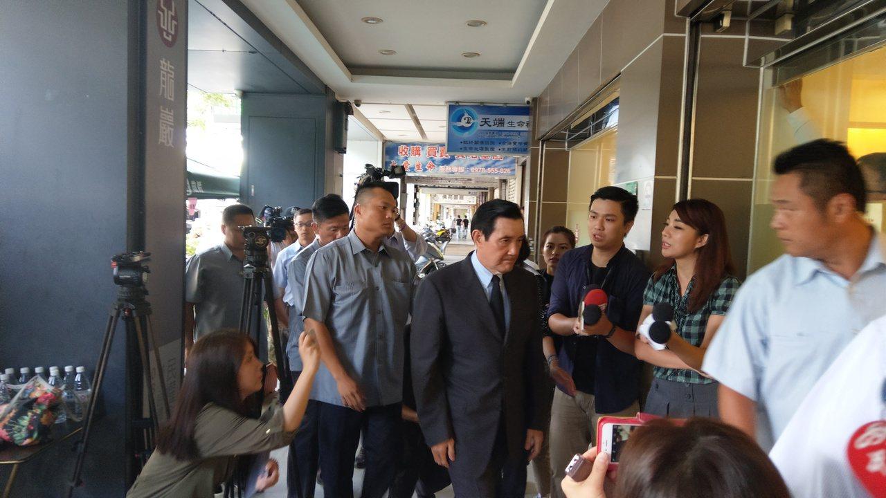 台北市議員李新墜樓身亡,家屬今上午10時起在民權東路龍巖會館設立靈堂供,上午前總...