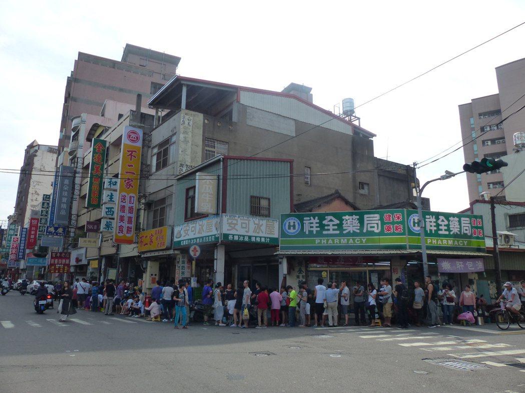 人氣店彰化市中正路不二家蛋黃酥,今天上午還未開門營業,排隊等著購買的民眾,已轉過...