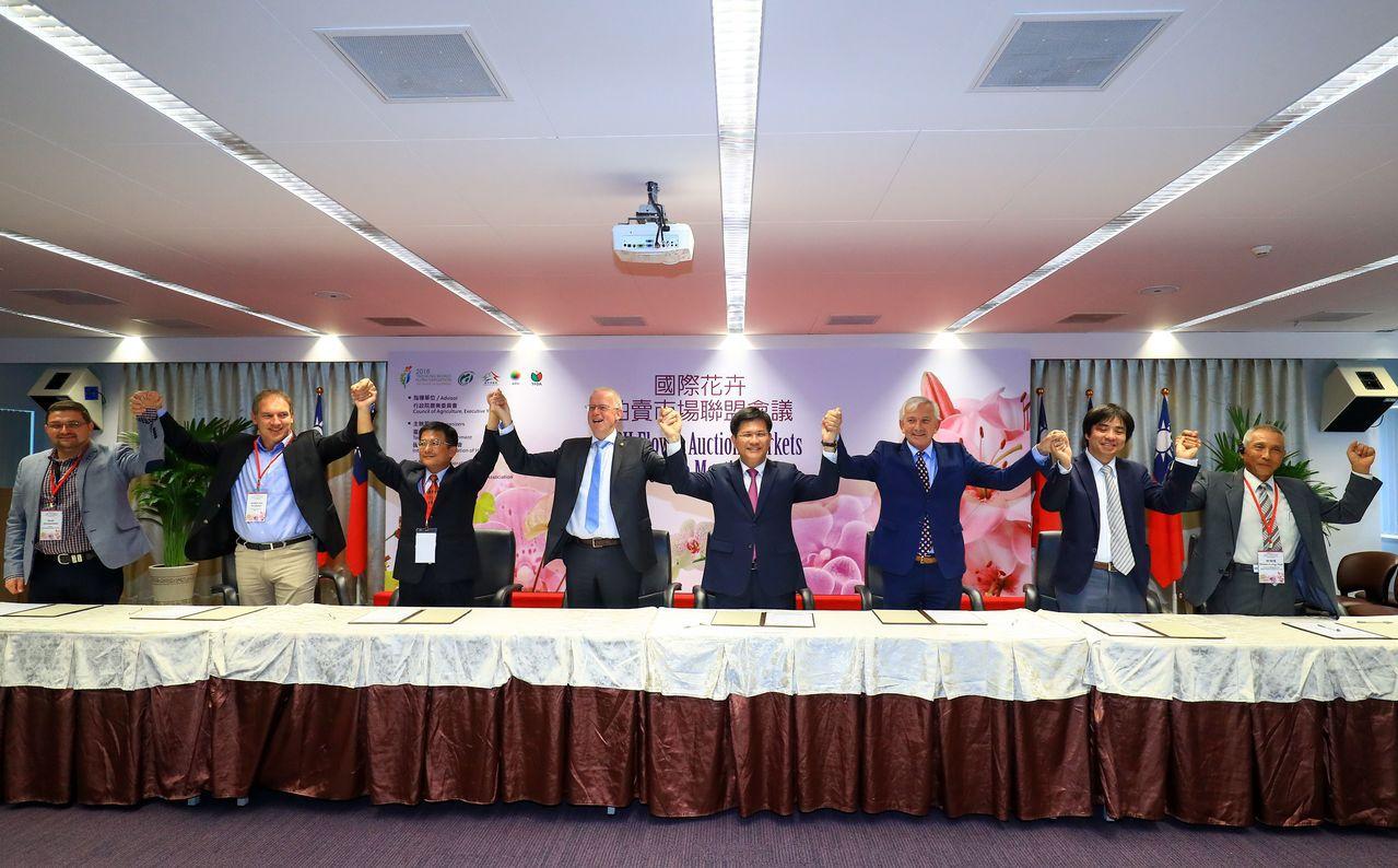 農委會今在台中市與7國花卉拍賣市場代表,簽署「國際花卉拍賣市場聯盟」合作備忘錄(...