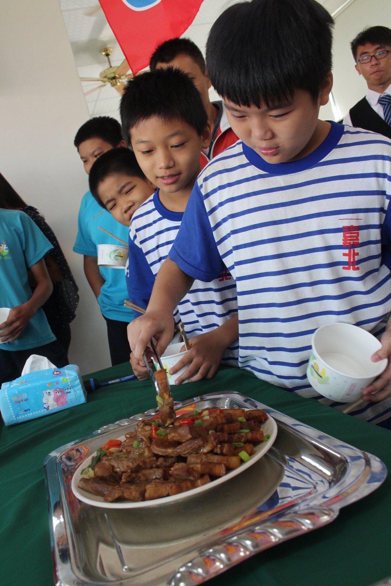 剛料理好的五花肉端上桌,嘉義市北興國中體育班學生忍不住大快朵頤。記者姜宜菁/攝影
