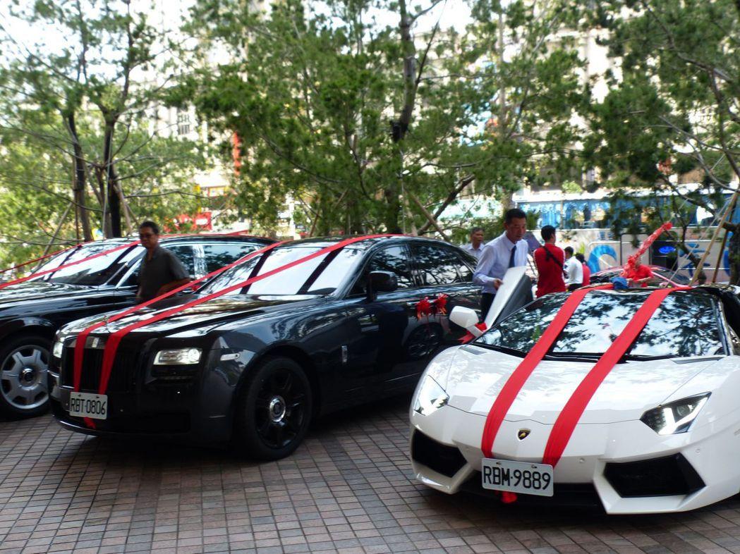 迎親禮車隊頭車藍寶堅尼Aventador 敞篷跑車(右),引人注目。記者趙容萱/...