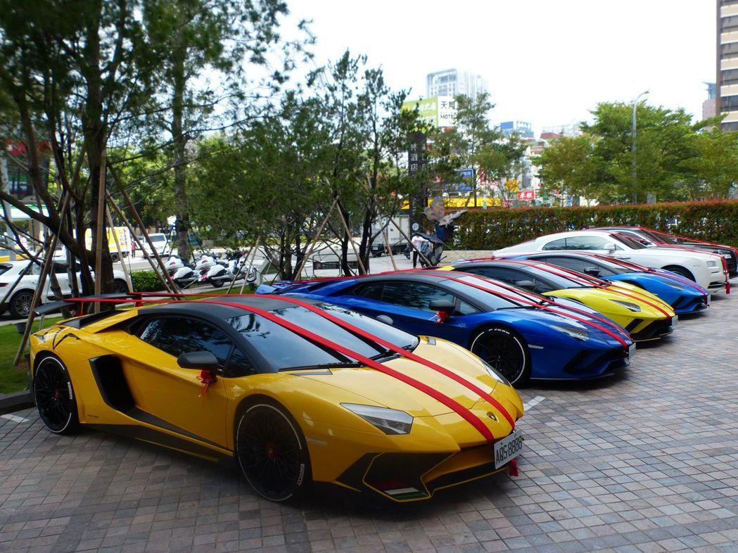 成排的藍寶堅尼Aventador等名車當迎親禮車, 引人注目。記者趙容萱/攝影