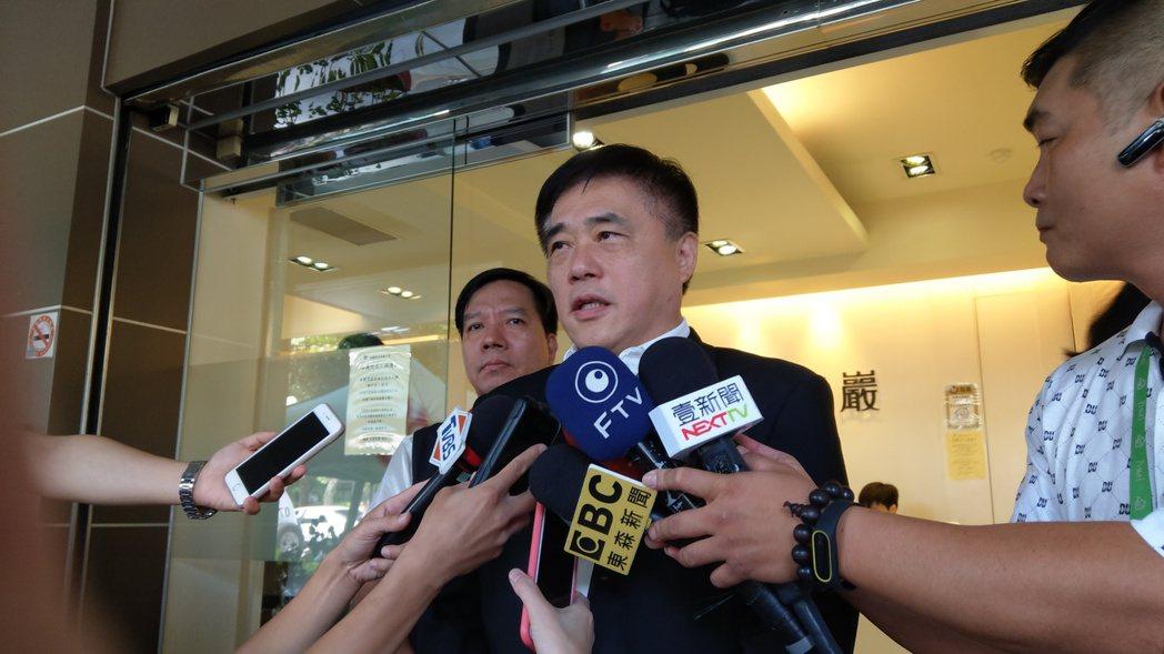 台北市議員李新墜樓身亡,家屬今上午10時起在民權東路龍巖會館設立靈堂供各界弔唁。...