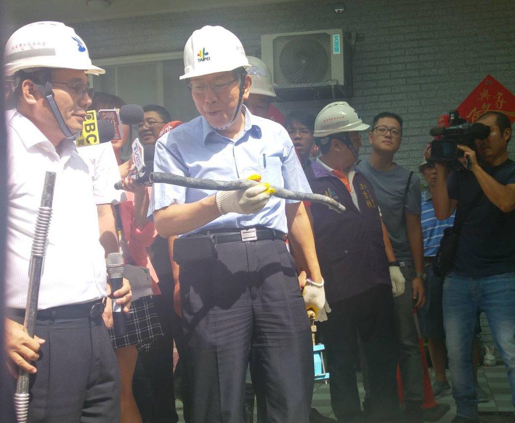 台北市長柯文哲上午取出北市最後一段鉛管,宣示北市鉛管全面汰換完成。記者莊琇閔/攝...