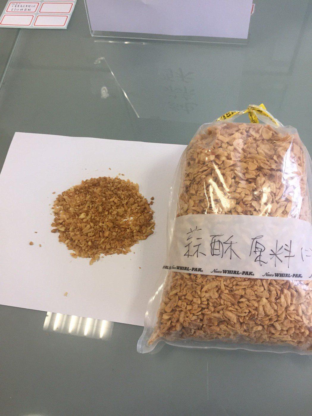 衛生局人員帶回蒜酥原料。圖/彰化衛生局提供