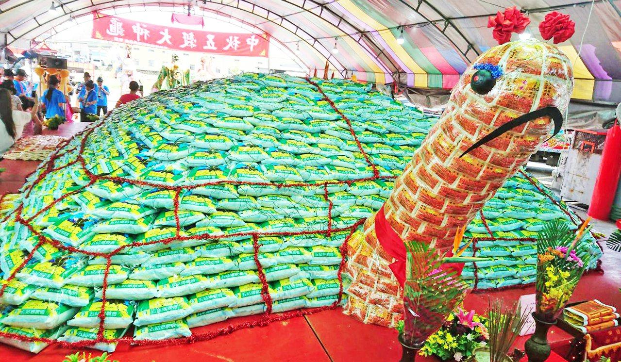 宜蘭縣五結鄉四結福德廟今年中秋節前夕,以白米堆成長約8公尺、寬約6公尺的獻壽巨龜...