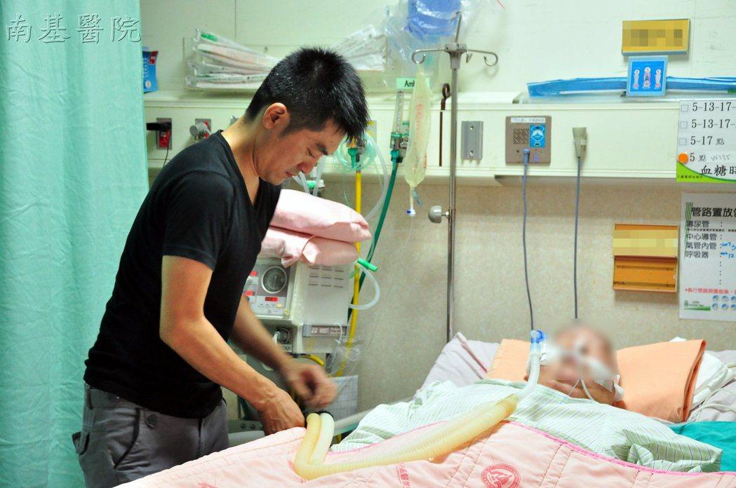 軍人阿楨幫4年前開始每夜入院,不僅陪伴中風母親聊天,也幫她擦澡做復健。圖/南基醫...