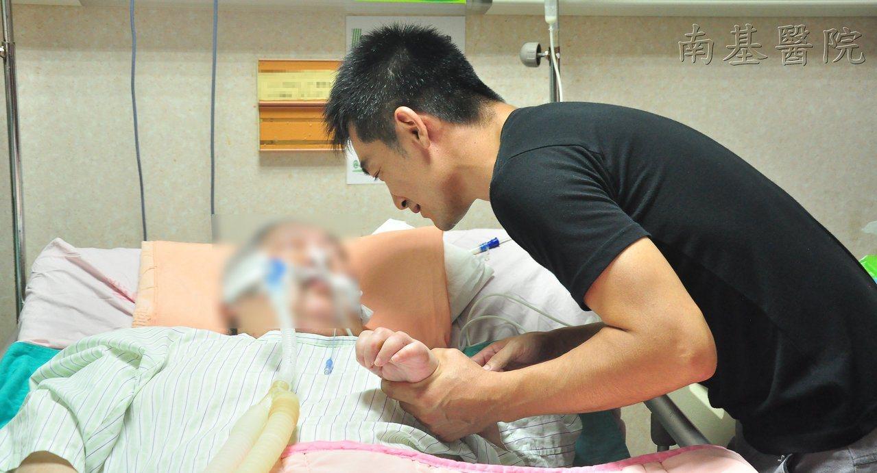 軍人阿楨幫中風母親復健前,總是會溫柔安撫告知,也會陪楨媽聊天。圖/南基醫院提供