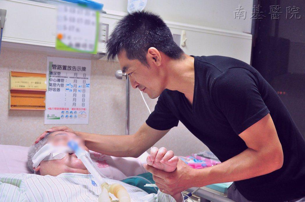 不論刮風下雨、天氣好壞,軍人阿楨幾乎每晚都會去醫院陪伴中風母親,一待就是2小時。...