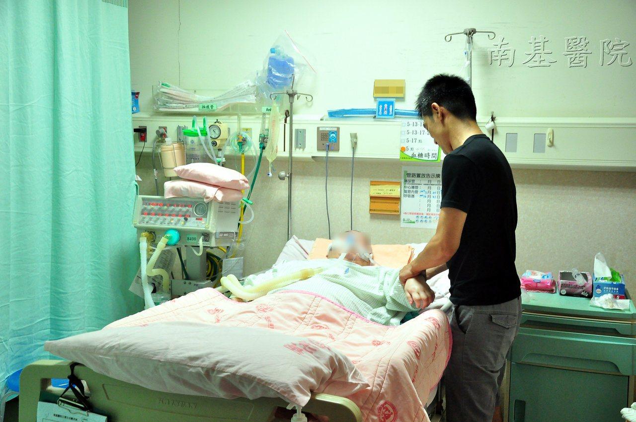 軍人阿楨幫中風母擦澡和復健,4年來從不間斷,打破「久病床前無孝子」。圖/南基醫院...