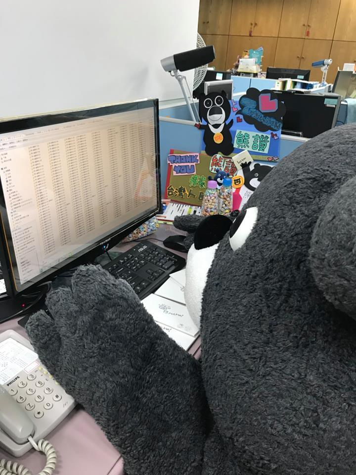 熊讚忙著分類與粉絲的照片。圖╱取自熊讚Bravo粉絲團