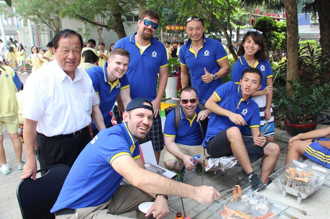 台中市弘文中學今日下午在校園內舉辦千人大會烤活動,校內許多外師也都是首次在台過中...