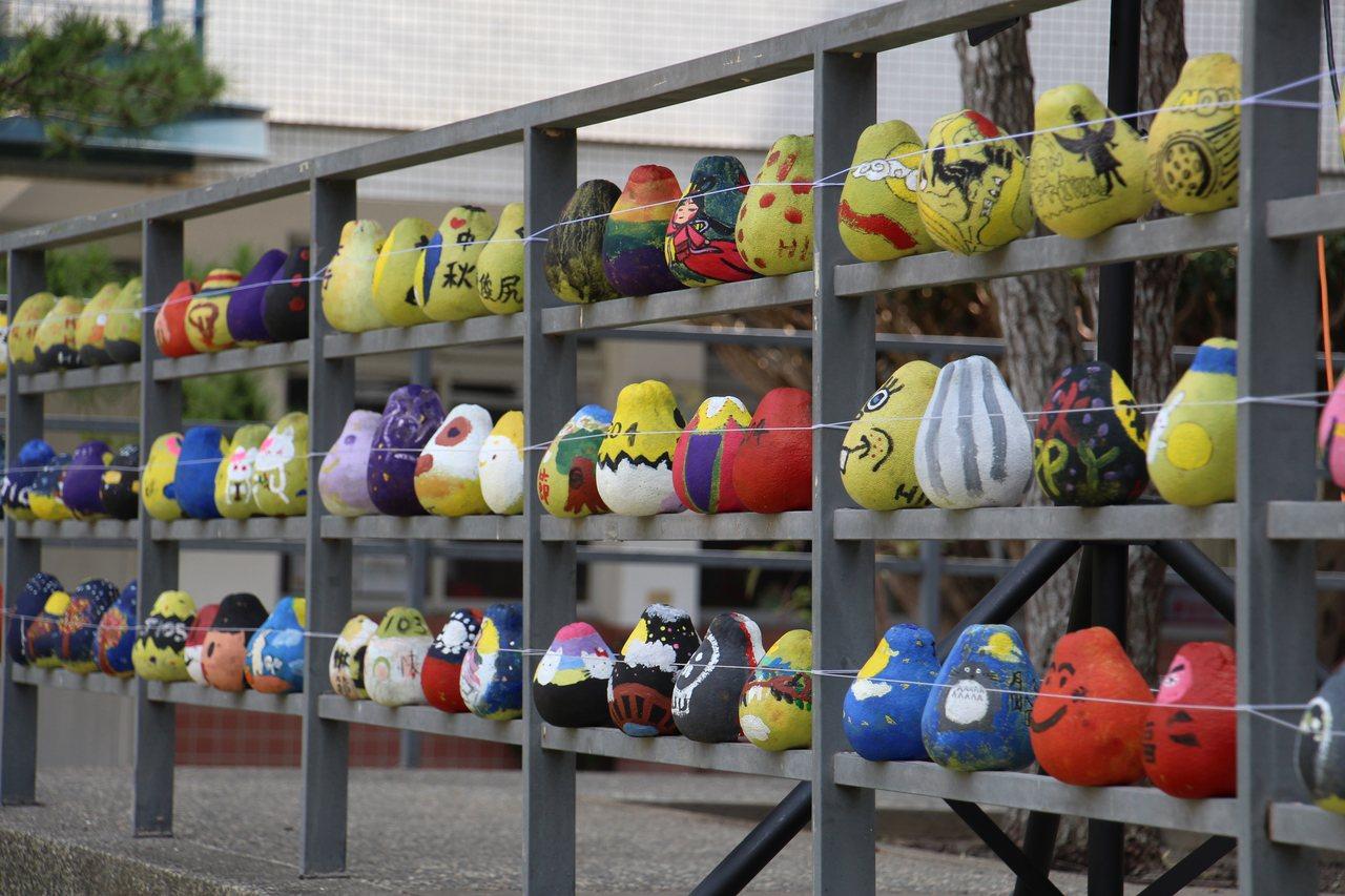 台中市弘文中學今日下午在校園內舉辦千人大會烤活動,校內舉辦許多中秋相關活動,如柚...