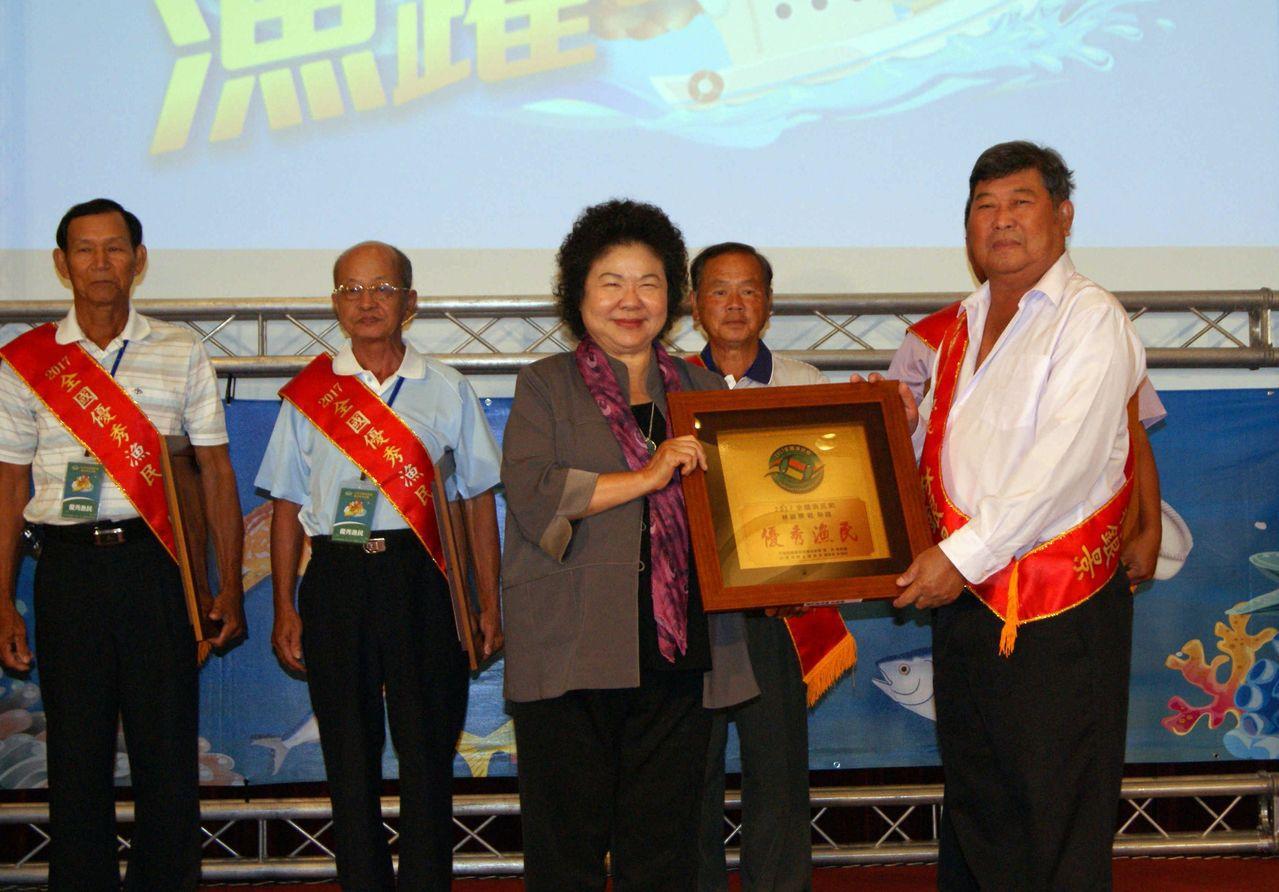全國漁民節慶祝活動移師高雄,市長陳菊出席頒獎表揚模範漁民。記者王昭月/攝影