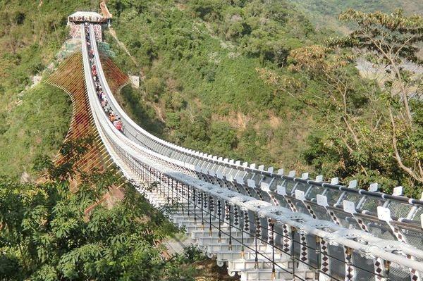山川琉璃吊橋已是屏北地區最夯的觀光景點,三地門明起封閉3個月。記者潘欣中/翻攝