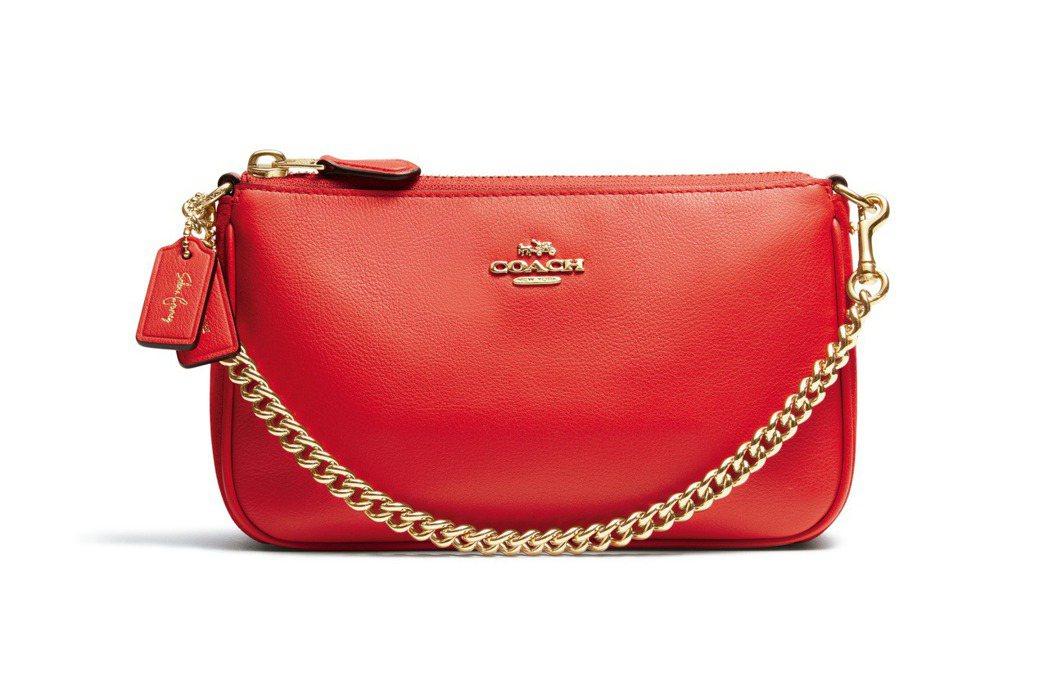 紅色 Selena Wristlet 鍊帶包,7,500元。圖/Coach提供