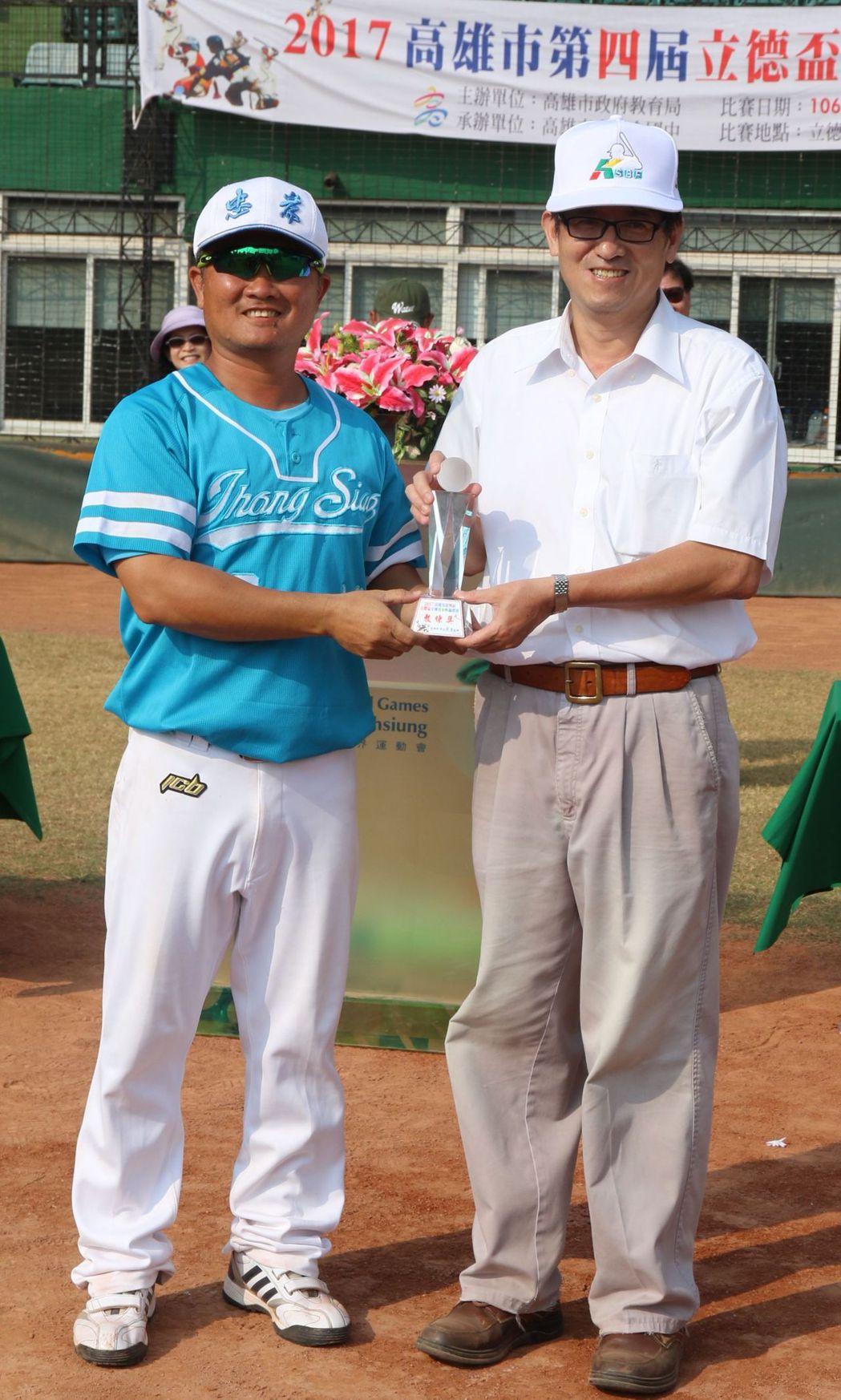 教練倪國展(左)獲頒教練獎。記者徐如宜/攝影