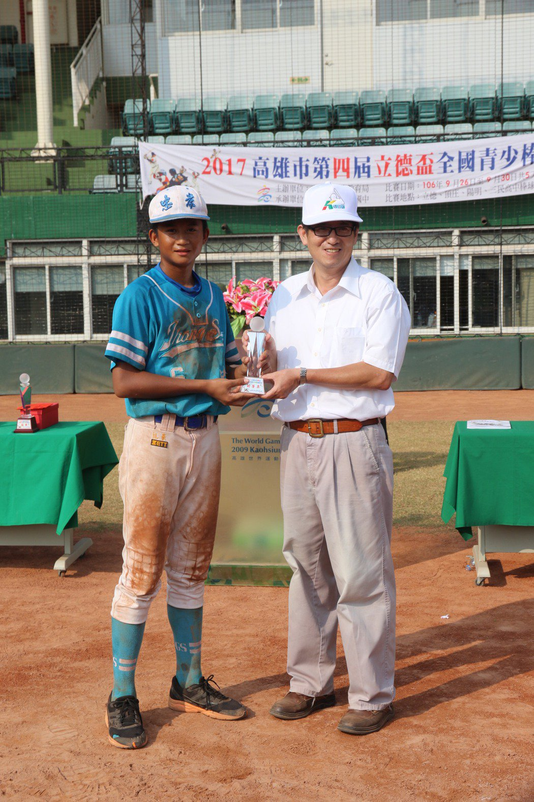 忠孝國中隊員孔念恩(左)個人獲得三獎項,分別是打擊、打點王與功勞獎。記者徐如宜/...