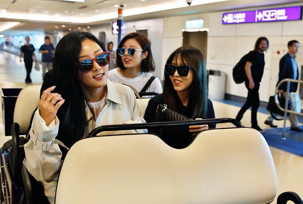 南韓女團MAMAMOO下午搭乘OZ-713班機抵達桃園機場,這是她們首度來台。記