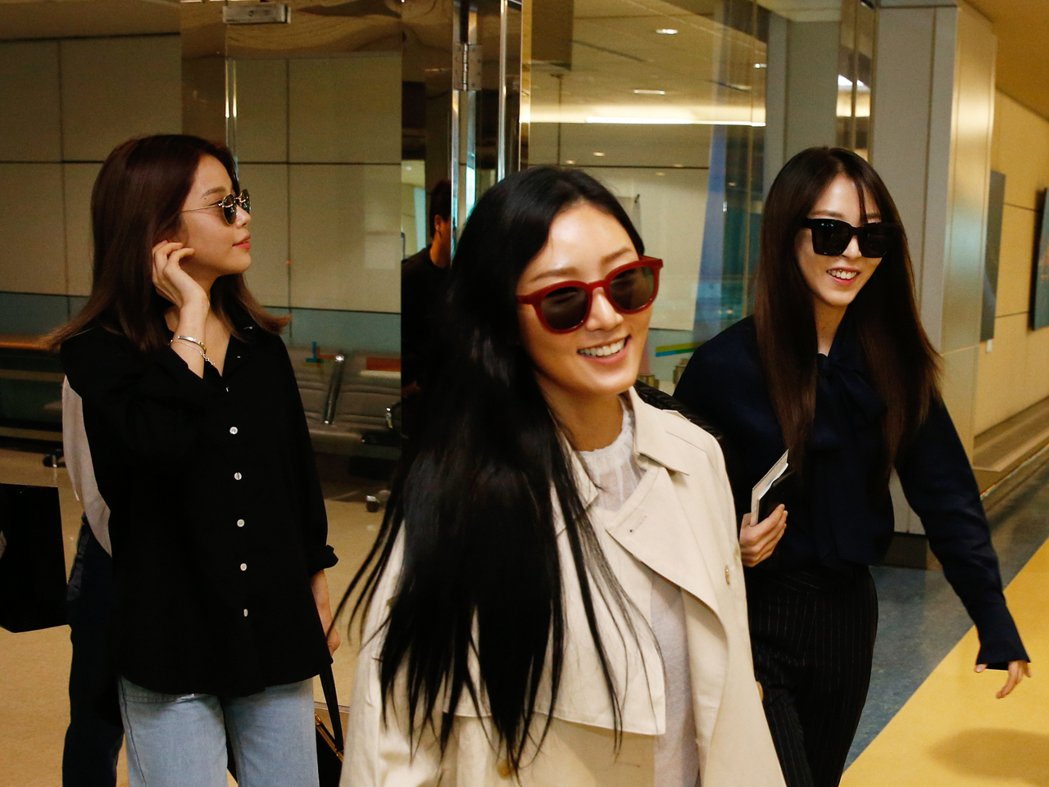 南韓女團MAMAMOO下午搭乘OZ-713班機抵達桃園機場,這是她們首度來台。記...
